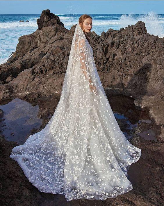 Image Source - https://www.instagram.com/p/Bjxam0ZAVd2/?tagged=weddingveil